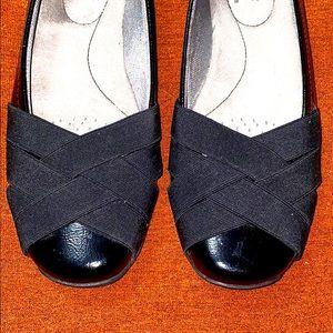 Black patent leather and elastic cross-toe flats